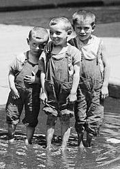 dzieci w kałuży